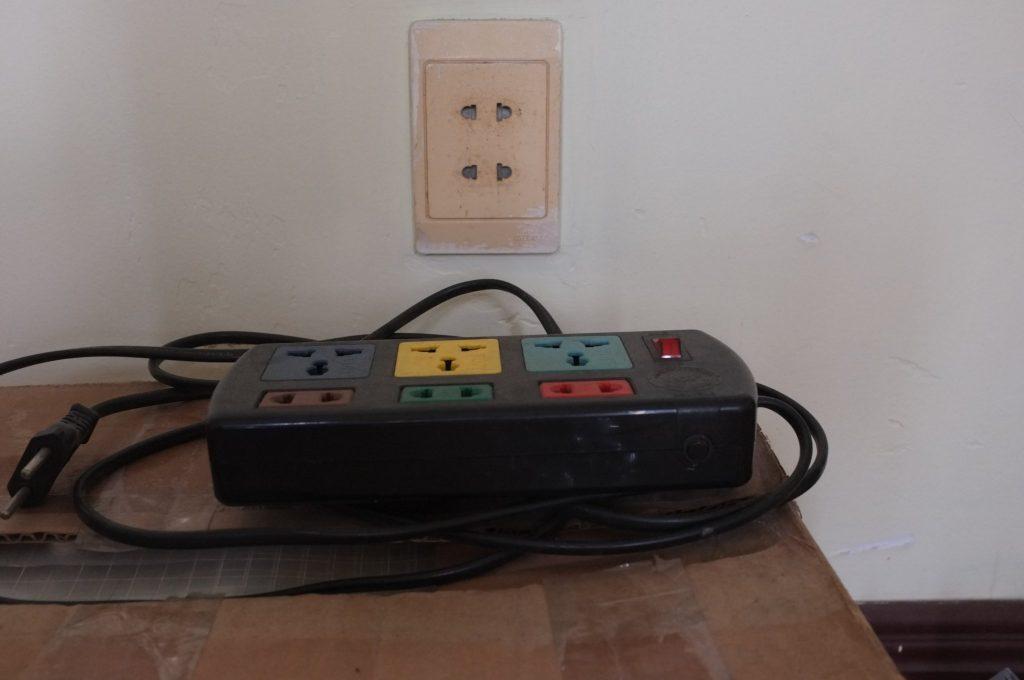 Thợ chuyên lắp đặt sửa chữa ổ cắm điện