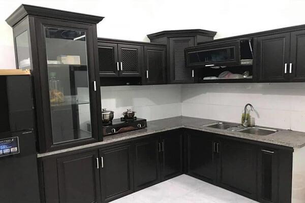 Tủ nhôm màu đen với thiết kế giả gỗ